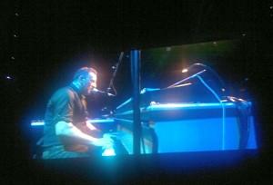 """Bruce ved pianoet spiller en nydelig og sjelden versjon av kremlåten For You"""""""