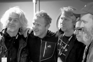 Bandet og forfatteren sammen (Pressebilde Rainmakers)