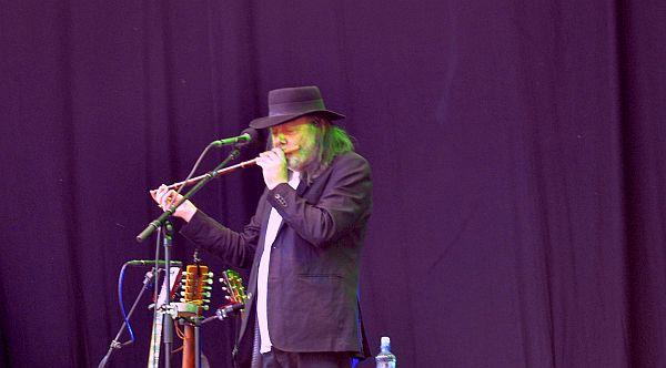 Lillebjørn Nilsen fremfører den aller første sangen han noen gang komponerte, «Danse nå ikke gråte»