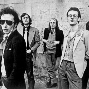 Graham Parker (med briller skygger lett for Mr. Brinsley S