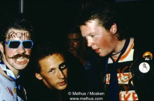 Jon Morten Melhus (til v.) og Tom Skjeklesæther (til h.) på en ironisk pønkefest i Halden 1978 (foto: privat)